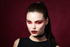 Молодая красивая готическая женщина с белыми губами кожи и красного цвета Стоковые Изображения RF
