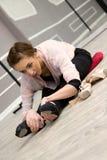 Молодая красивая грациозно балерина отдыхая в sitti класса балета Стоковое фото RF