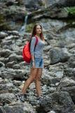 Молодая красивая девушка взбираясь утес Стоковое Фото