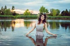 Молодая красивая девушка в воде озера Стоковая Фотография