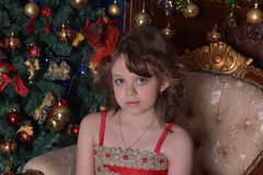 Молодая красивая девушка в красном платье на рождественской елке на рождестве Стоковое фото RF