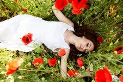 Молодая красивая девушка в поле маков Стоковая Фотография RF