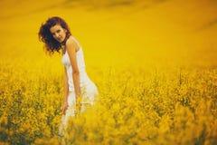 Молодая красивая девушка в поле Стоковая Фотография RF