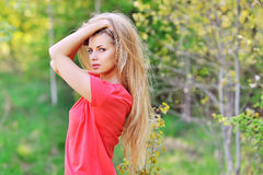 Молодая красивая девушка в поле Стоковое Фото