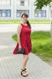Молодая красивая девушка в платье для прогулки в парке Стоковые Фото