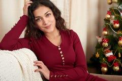 Молодая красивая девушка в украшении рождества дома Канун Нового Годаа, украшенная ель Зимний отдых и концепция влюбленности стоковые изображения