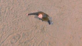 Молодая красивая девушка в черных одеждах танцуя, на береге реки, силуэт акции видеоматериалы