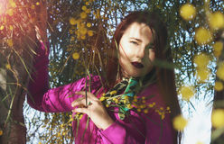 Молодая красивая девушка в ярком розовом платье с букетом ye Стоковое Изображение