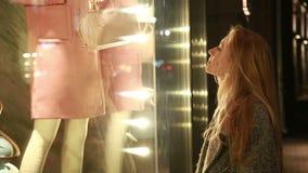 Молодая красивая девушка говоря на сотовом телефоне и акции видеоматериалы