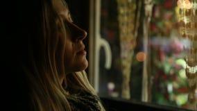 Молодая красивая девушка говоря на сотовом телефоне и сток-видео