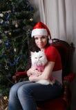 Молодая красивая девушка держа белого кота Стоковая Фотография