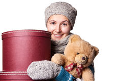 Молодая красивая девушка держа плюшевый медвежонка и коробку белой предпосылки Стоковые Изображения RF