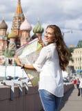 Молодая красивая девушка держа туристскую карту Москвы Стоковое фото RF