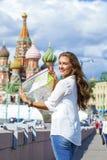 Молодая красивая девушка держа туристскую карту Москвы Стоковое Фото