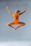 Молодая красивая девушка делая скачку gymnastick Стоковые Изображения