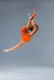 Молодая красивая девушка делая скачку gymnastick Стоковое Изображение