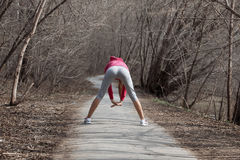 Молодая красивая девушка нагревая перед jog в парке стоковое изображение