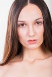Молодая красивая девушка на светлой предпосылке стоковое фото