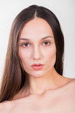 Молодая красивая девушка на светлой предпосылке стоковые изображения