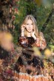 Молодая красивая девушка представляя в парке, портрете осени стоковое изображение