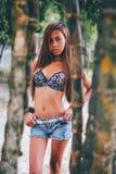 Молодая красивая девушка представляя с деревьями bamoo, горячая концепция моды лета Стоковые Изображения