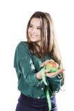 Молодая красивая девушка при темные волосы изолированные на белой предпосылке держа яблоко с рулеткой Улыбка Стоковые Фотографии RF