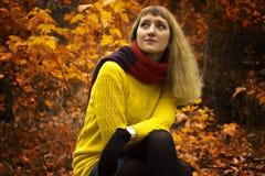 Молодая красивая девушка сидя в парке самостоятельно Стоковые Изображения RF