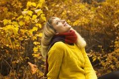Молодая красивая девушка сидя в парке самостоятельно Стоковая Фотография RF