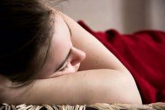 Молодая красивая девушка спит в живущей комнате Стоковое Изображение RF