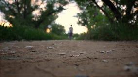 Молодая красивая девушка спорт бежит прочь в расстояние сток-видео