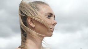 Молодая красивая девушка стоя на улице сток-видео