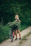 Молодая красивая девушка с велосипедом Стоковые Фото