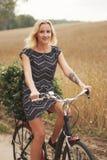 Молодая красивая девушка с велосипедом Стоковое Изображение RF