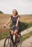 Молодая красивая девушка с велосипедом Стоковое Фото