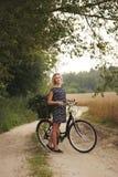 Молодая красивая девушка с велосипедом Стоковое фото RF