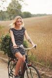 Молодая красивая девушка с велосипедом Стоковые Изображения