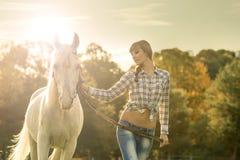 Молодая красивая девушка с лошадью на сухом поле Стоковое фото RF