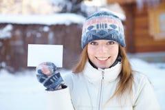 Молодая красивая девушка с пустым знаменем. Зима. Стоковые Фото