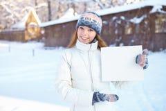 Молодая красивая девушка с пустым знаменем. Зима. Стоковое Фото