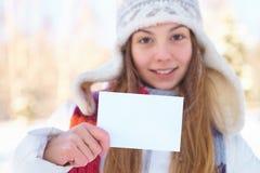 Молодая красивая девушка с пустым знаменем. Зима. Стоковая Фотография
