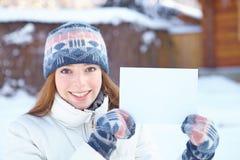 Молодая красивая девушка с пустым знаменем. Зима. Стоковые Фотографии RF