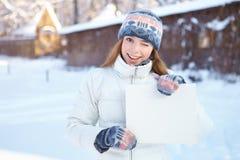 Молодая красивая девушка с пустым знаменем. Зима. Стоковые Изображения RF