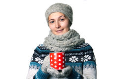Молодая красивая девушка с чашкой в портрете зимы рук на белой предпосылке, copyspace Стоковые Фото