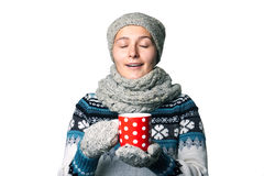 Молодая красивая девушка с чашкой в портрете зимы рук на белой предпосылке, copyspace Стоковая Фотография RF