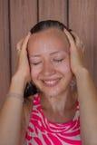 Молодая красивая девушка усмехаясь в ливне Стоковое Фото