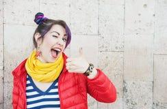 Молодая красивая женщина битника моды с красочный подмигивать волос Стоковое Изображение RF