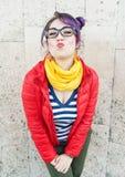 Молодая красивая женщина битника моды с красочными волосами Стоковое Фото