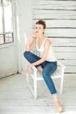 Молодая красивая женщина брюнет думая на предпосылке Стоковое Фото
