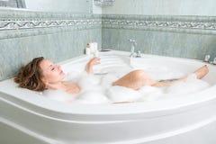 Молодая красивая женщина в ванне стоковая фотография rf