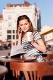 Молодая красивая женщина в внешнем кафе Стоковое Изображение